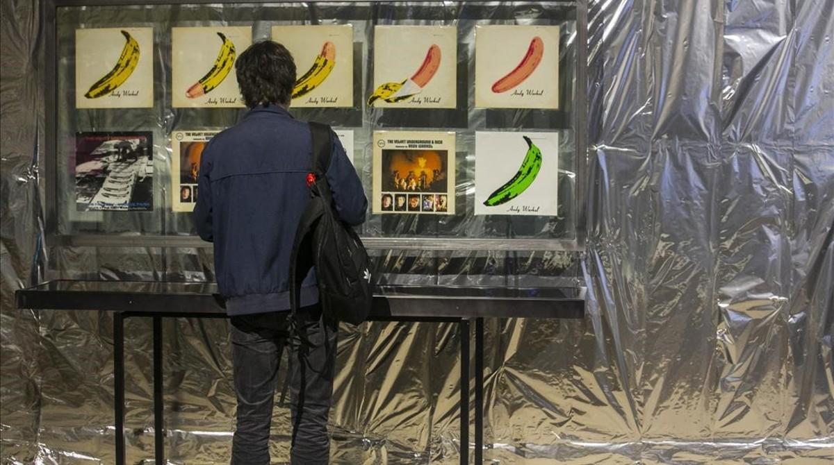 Uno de los apartados de la exposición 'Silver songs. La música d'Andy Warhol', en Can Trinxet.