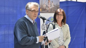 Antoni Mas, junto a la alcaldesa de Cambrils, Camí Mendoza, en la presentación del festival internacional de música de la localidad.