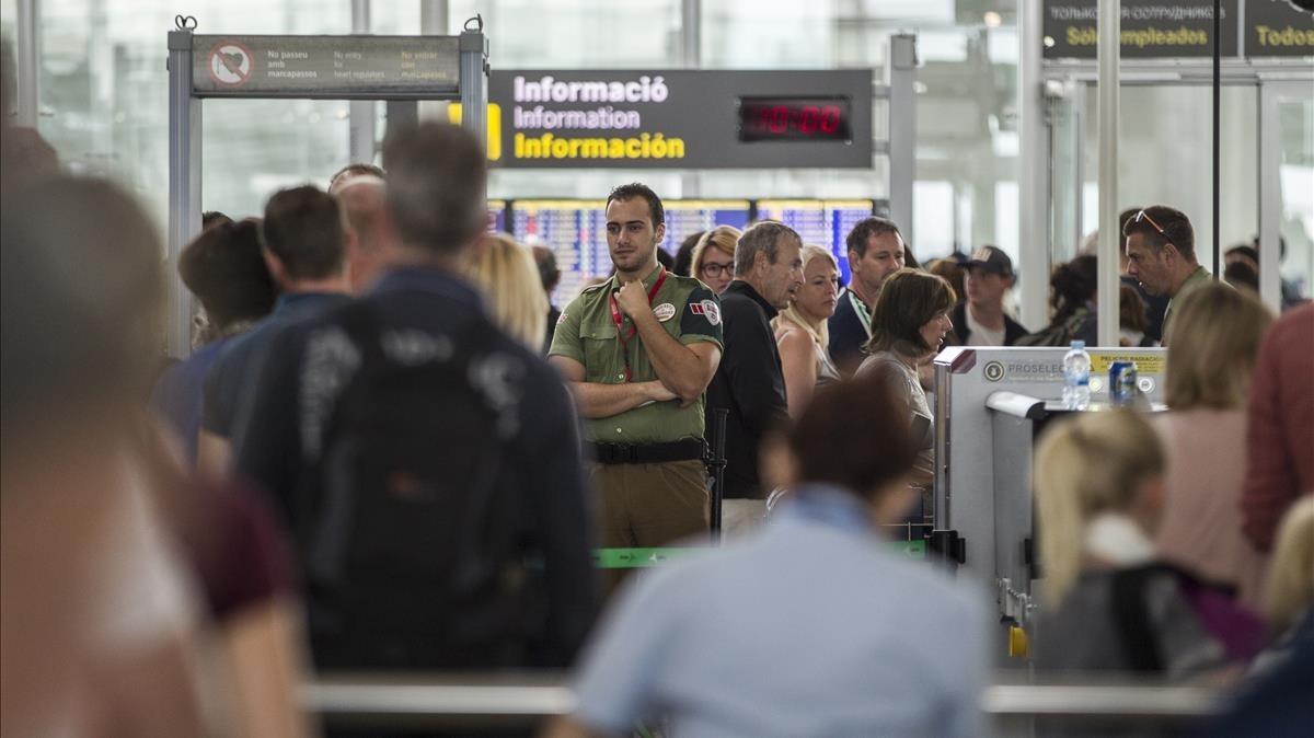 Las colas causadas por la huelga de los trabajadores, el pasado viernes, en el aeropuerto de El Prat.