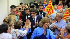 El 'president' Puigdemont, tras la 'consellera' Meritxell Borràs, a su llegada la míting en el Casino de l'Hospitalet.