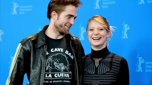 Robert Pattinson (con camiseta del bar La Cueva, de Mojácar) y Mia Wasikowska, en la Berlinale.