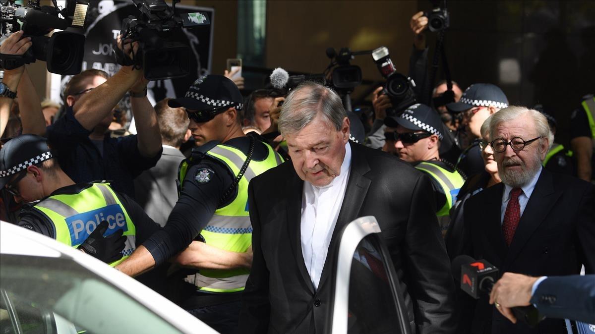 El cardenal George Pell sale del tribunal de Melbourne.