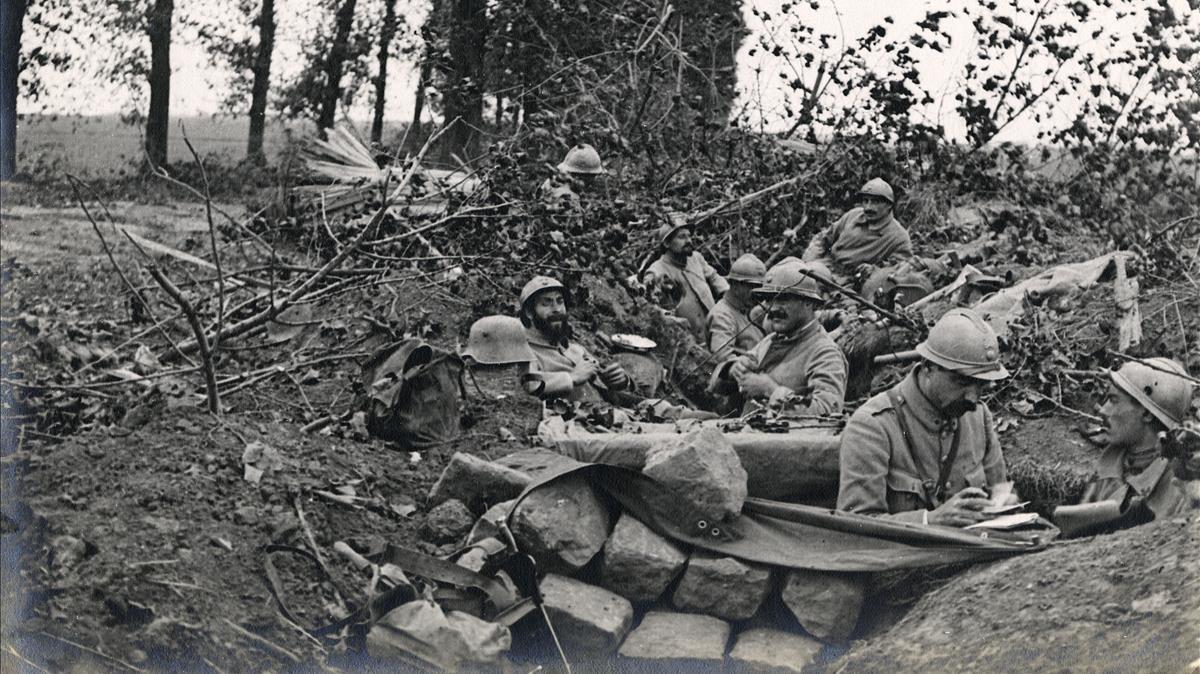 Soldados voluntarios catalanes de la Legión extranjera, en una trinchera tomada al enemigodurante la primera guerra mundial, en una imagen de la exposición 'Flames a la frontera'.