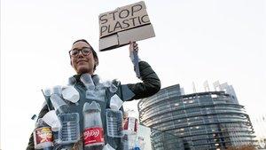 Una activista, ante la sede del Parlamento Europeo, este miércoles.