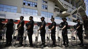 Despliegue policial ante el estadio Monumental de Buenos Aires.