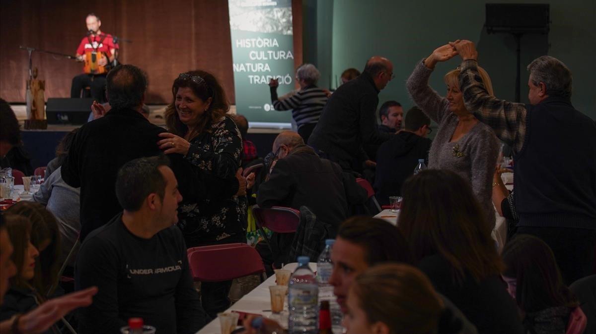 Gente bailando durante el conciertode sobremesa del acordeonista Carles Belda en Castellví de Rosanes.