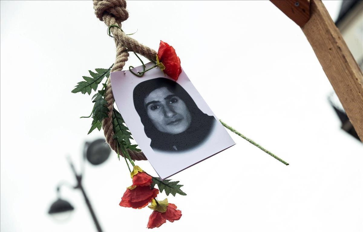 Vista de una imagen de una víctima del régimen iraní durante una manifestación contra el gobierno de Irán organizada por el Consejo Nacional de la Resistencia iraní, en París (Francia). La manifestación conmemora el 40 aniversario de la revolución iraní en 1979.