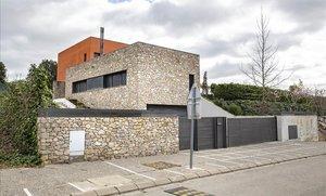 La casa de Girona on un presumpte estafador podria tenir amagat el seu botí de 600.000 euros