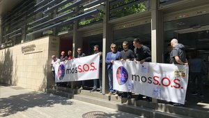 Delegados del Sap-Fepol y representantes del movimiento MosS.O.S. trasladan la protesta a la conselleria de Interior.