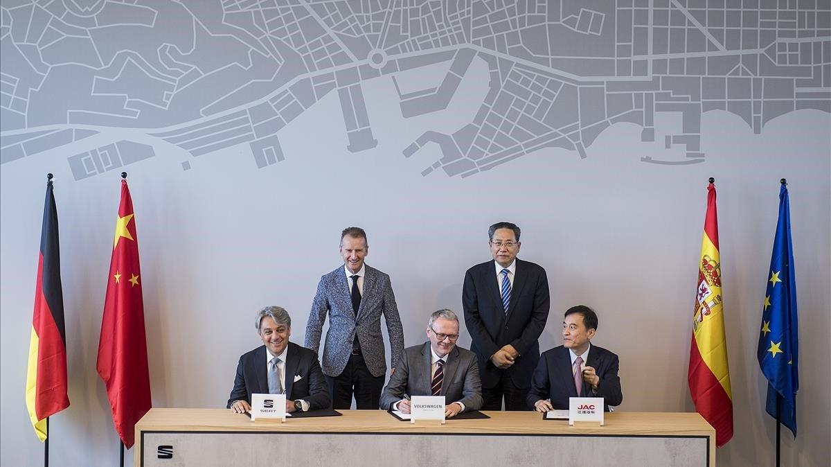De izquierda a derecha:Luca de Meo, CEO de Seat;Herbert Diess,lCEO del Grupo Volkswagen; St ephan Wollenstein,l CEO del Grupo Volkswagen; el gobernador de la provincia de Anhui,Li Jinbin,y el presidente de JACAn Jin.