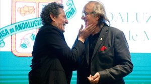 Miguel Ríos y Joan Manuel Serrat intercambian carantoñas durante la gala del Andaluz del Año, este viernes por la noche en Barcelona.