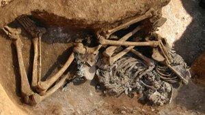 Los restos humanos de la calle de Ràfols, tal y como fueron hallados durante las obras.