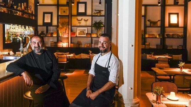 Xavier Franco, izquierda, junto a Josep Lloveras, en la barra del restaurante.