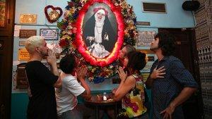 Rubén Domènech,José del Solar,Xavi Salva, CeciliaGonzález yAlberto Abascal, parte del equipo del Sor Rita, piden un milagro ante el retrato de su monja petarda.