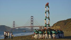Los castellers de Vilafranca con el Golden Gate de fondo en San Francisco
