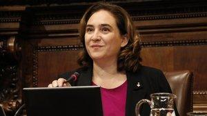 Ada Colau, en un pleno de Barcelona.