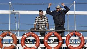 Daniel Granados y Vicente Leone, en una 'golondrina' del puerto de Barcelona.