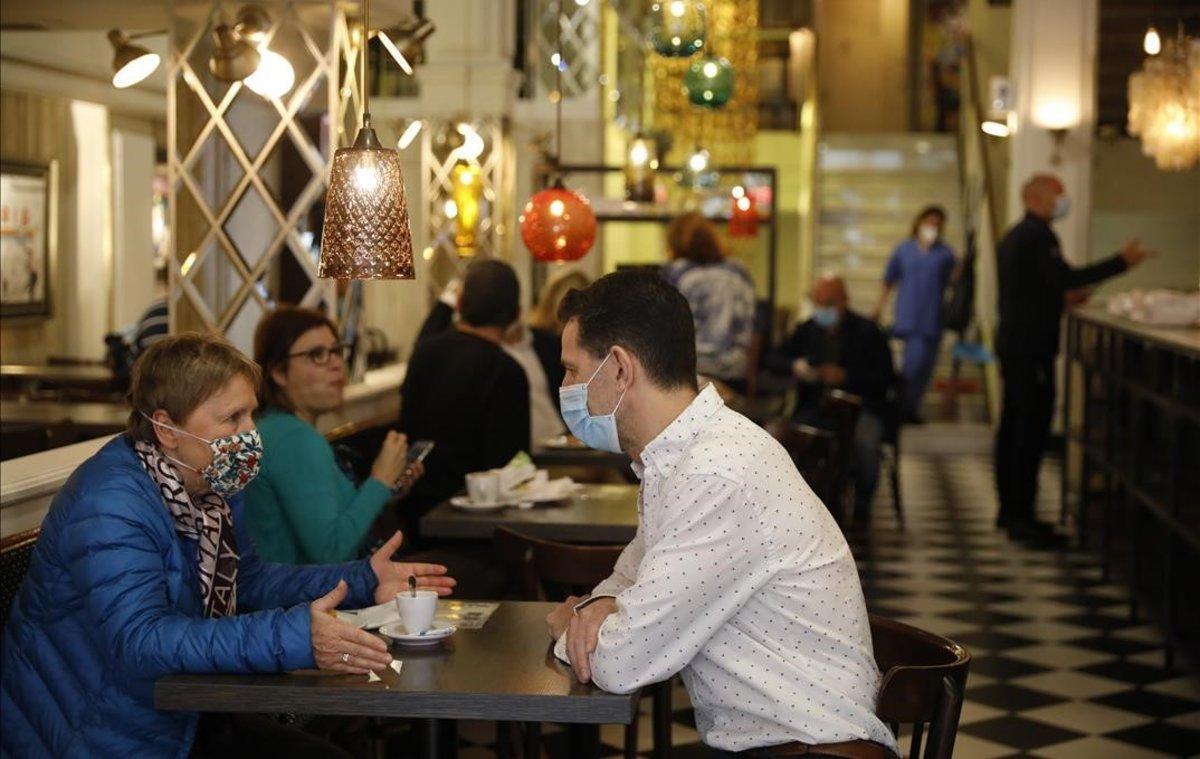 Interior del 'Núria' con clientes protegidos con mascarillas, este lunes, en la inauguración de la fase 2.