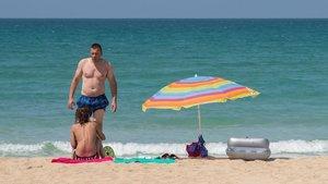 Imagen de archivo de una pareja de turistas en la playa.