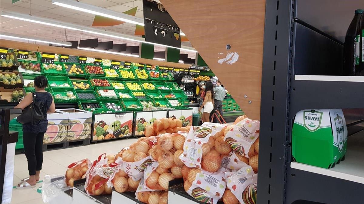 Impacto de una de las balas disparadas por los atracadores en la sección de frutería del Mercadona de Esparreguera.