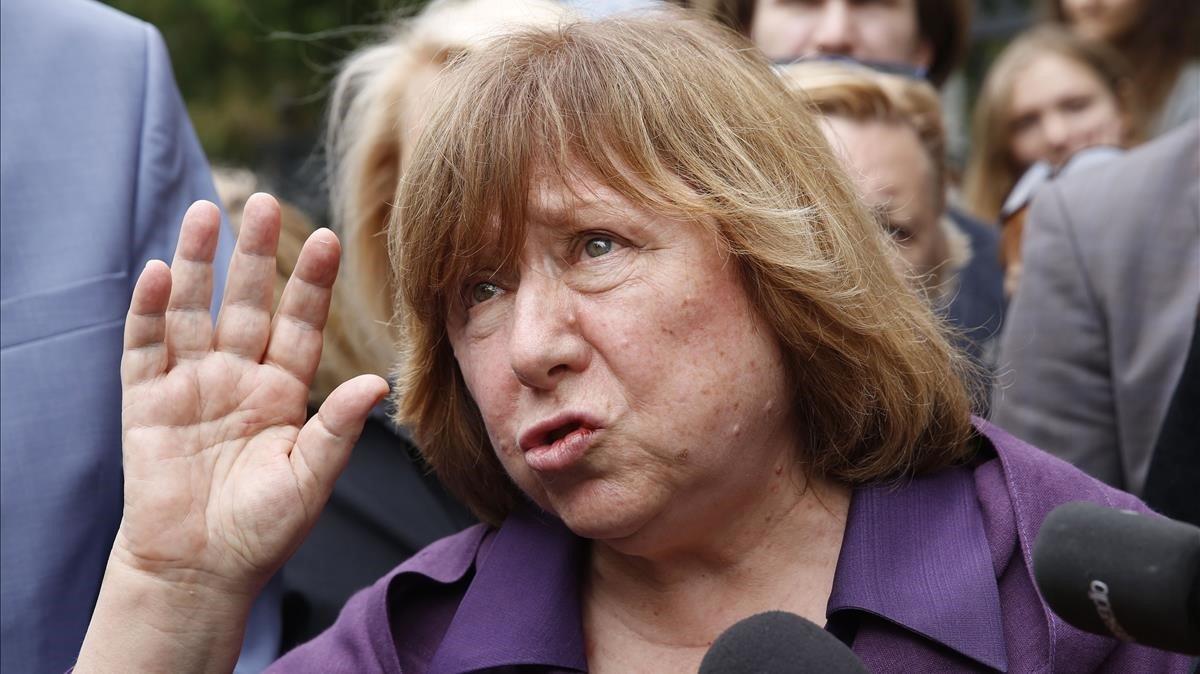 La nobel de literatura i opositora bielorussa Alexiévitx surt del seu país