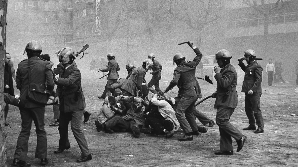 Carga policial en el paseo de Sant Joan de Barcelona, el 1 de febrero de 1976.