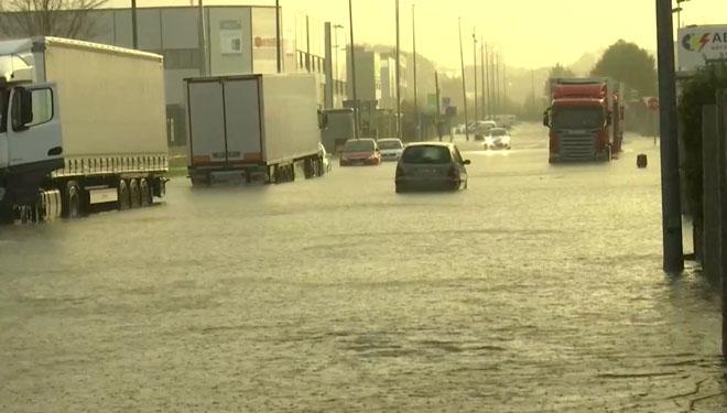 Tramo de carretera inundado en O Porriño (Pontevedra), este jueves