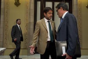 Oriol Pujol i el president Artur Mas conversen al Parlament, el juliol del 2013