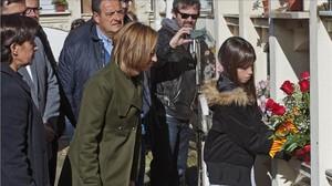 Carme Chacón acompanya la néta dErnest Lluch, que diposita un ram de flors a la tomba del seu avi, a Maià de Moncal.