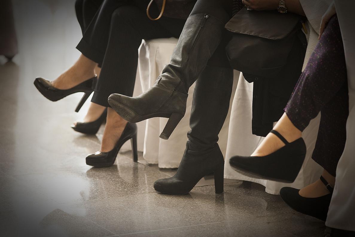 Despedida por negarse a ir al trabajo con tacones - Zapatos camarera antideslizantes ...