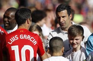 Luis García saluda a Luis Figo antes del partido benéfico entre las leyendas del Liverpool y del Real Madrid disputado en Anfield.