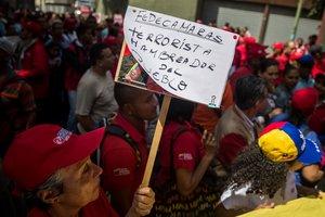 CARACASVENEZUELA- Cientos de personas participan en una protesta oficialistacompuesta por simpatizantes del gobierno y miembros de sindicatos de empresas nacionalesfrente a la Federacion de Camaras y Asociaciones de Comercio y Produccion de VenezuelaFedecamaras. EFE Miguel Gutierrez