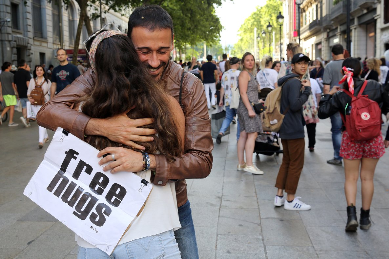 Abrazos gratis en Portal de l'Àngel.