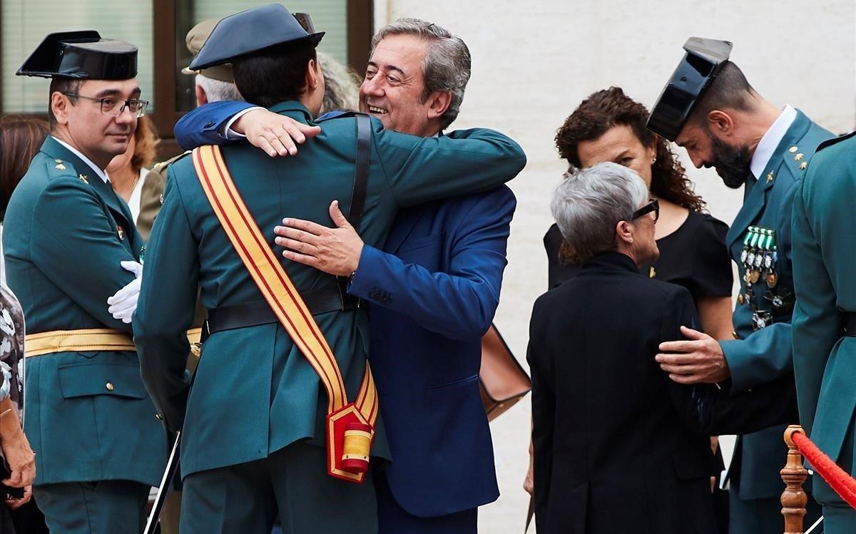 El fiscal del juicio del proces Javier Zaragoza saluda a miembros de la Guardia Civil durante los actos de celebracion del dia de la patrona del cuerpo en la comandancia de Sant Andreu de la Barca