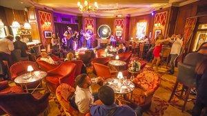 Actuación de Ray Cuza & Septeto Sazonando en el bar del Hotel El Palace de Barcelona