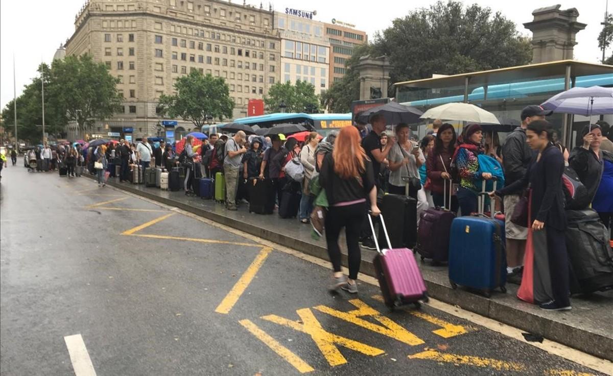 Afectados por la huelga de taxis, se ven obligados a coger el Aerobús para llegar al aeropuerto.