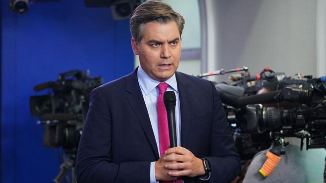 Un agente del Servicio Secreto retira la credencial al periodista Jim Acosta.