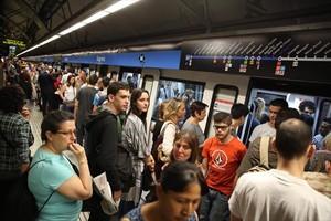 Viajeros en la línea 5 del metro de Barcelona.
