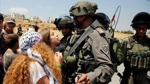 Ahed Tamimi se enfrenta a dos soldados israelís en la localidad deNabi Saleh, en Cisjordania.