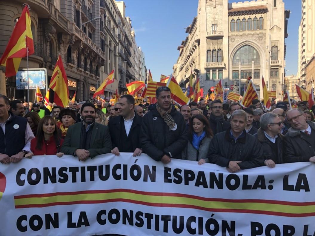 Albiol encabeza la manifestación en defensa de la Constitución, este miércoles, en Barcelona.