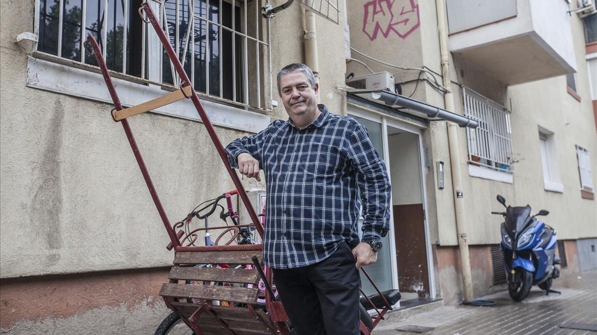 Alfonso Fernández, en una de las características calles del barrio de Pomar, en Badalona.