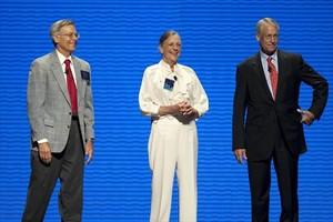 De izquierda a derecha, los hermanos Jim, Alice y S. Robson Walton, principales propietarios de la cadena de almacenes Walmart.