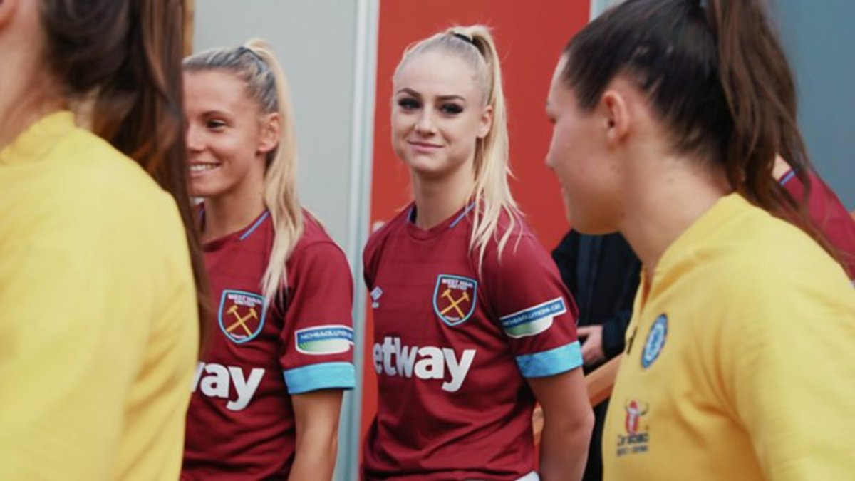 Alisha Lehmann, del Aston Villa (de rojo en el centro) sonríe a su novia, Ramona Bachmann, antes de enfrentarse.