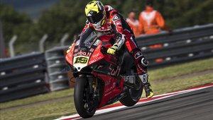 Álvaro Bautista, a los mandos de su Ducati, en el GP de Inglaterra, celebrado en Donington Park.