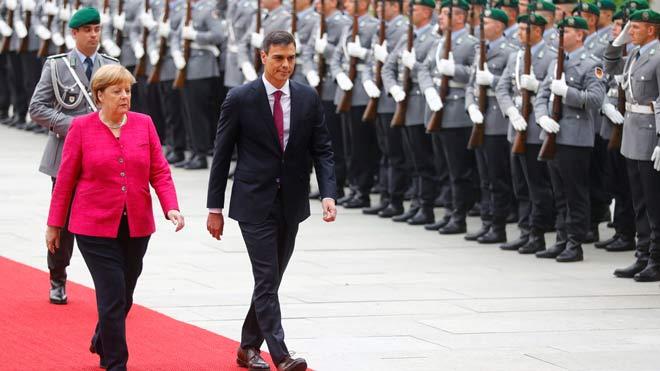 Angela Merkel recibe a Pedro Sánchez con honores militares en Berlín.