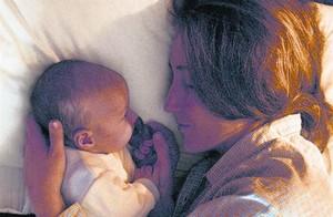 Una madre acaricia a su bebé.