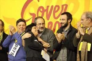Antonio Baños abraza a Anna Gabriel, durante la jornada de trabajo de la CUP en Manresa, el 29 de noviembre