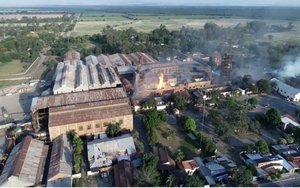 Incendio en la planta azucarera La Esperanza, en Argentina.