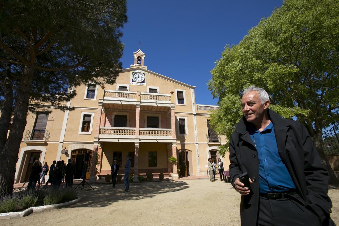 El arquitecto Tomàs Morató, frente a la rehabilitada Vil.la Joana de Vallvidrera.