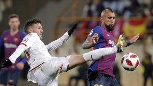 Arturo Vidal pelea por un balón en el Reino de León con Jorge Ortiz, de la Cultural Leonesa.